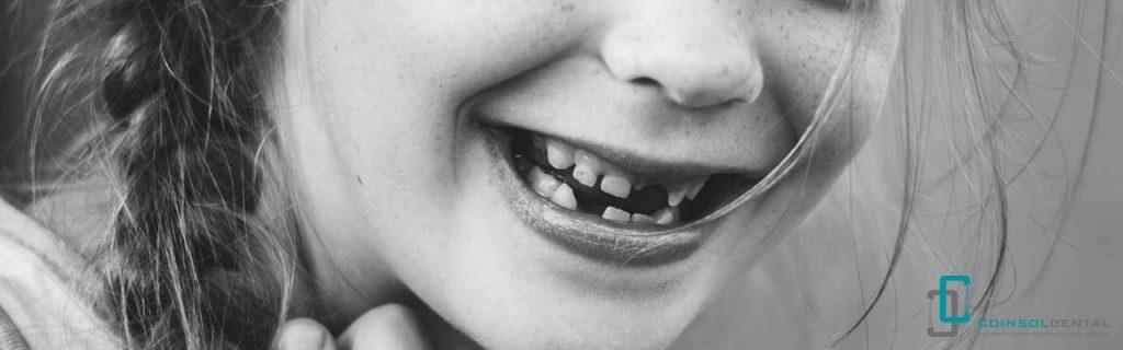 Dentista infantil en la caída del primer diente